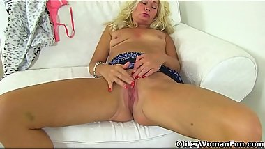 English milf Ellen fingers her meaty fanny flaps