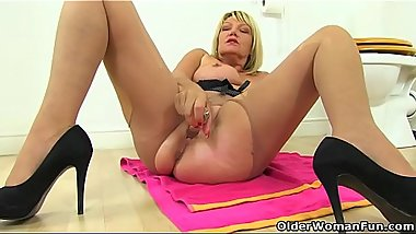 English gilf Amy gives her fanny a dildo treat